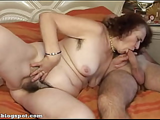 Granny combing long thick hair on her pussy